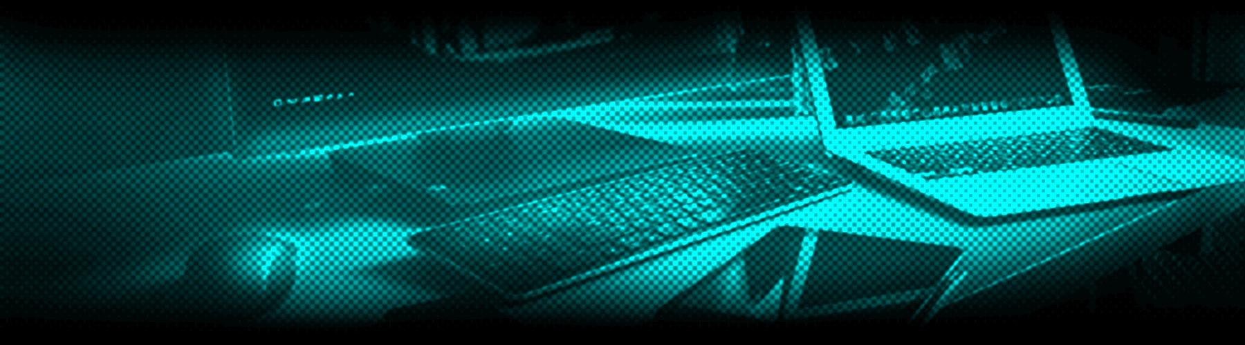 digital ausstattung auf schreibtisch mit desktop computer, laptop, tablet und smartphone
